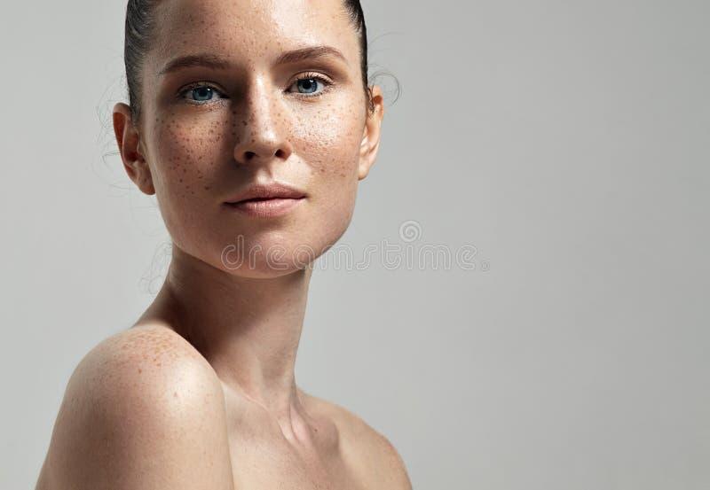 Het gezichtsportret van de sproetenvrouw met gezonde huid stock foto