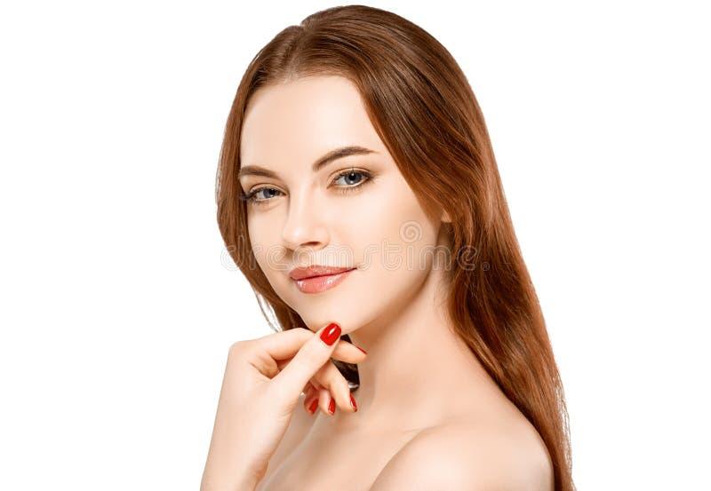 Het gezichtsportret van de vrouwenschoonheid op wit met gezonde huid wordt geïsoleerd die stock foto