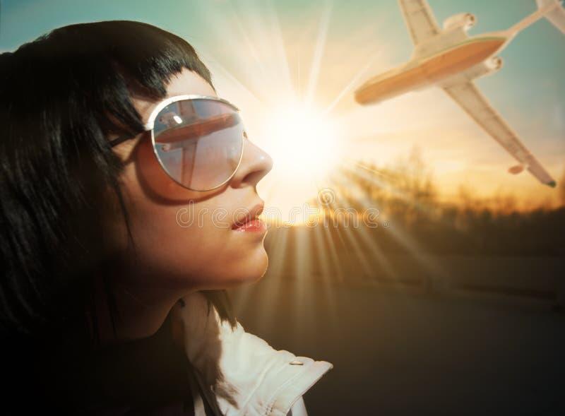 Het gezichtszon en vliegtuig van de vrouw stock foto's