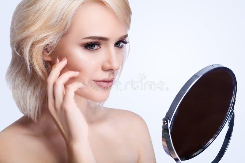 Het Gezichtszorg van de vrouwenschoonheid Close-up van Aantrekkelijke Jonge Vrouwelijke Aanraking royalty-vrije stock fotografie