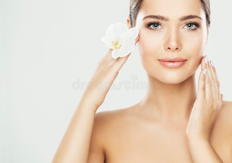 Het Gezichtszorg van de vrouwenschoonheid, Modeltouching neck, Mooi Modelskin treatment en Schoonheidsmiddel royalty-vrije stock afbeeldingen