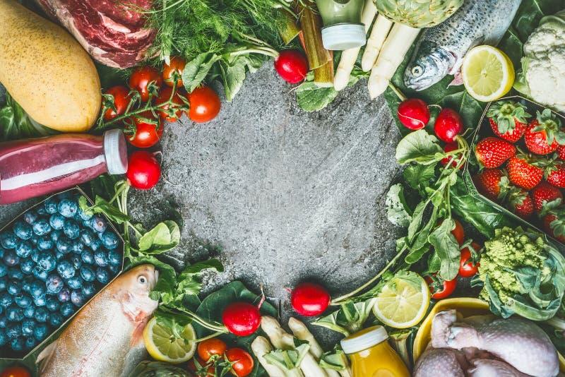 Het gezond evenwichtig eten en drankenconcept Diverse organische voedsel en drankeningrediënten: vissen, vlees, gevogelte, kip, g stock afbeelding
