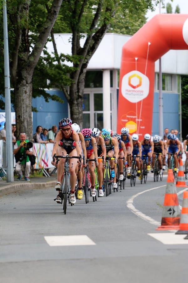 Het gezonde de oefening van de triatlon triathletes sport cirkelen stock afbeeldingen