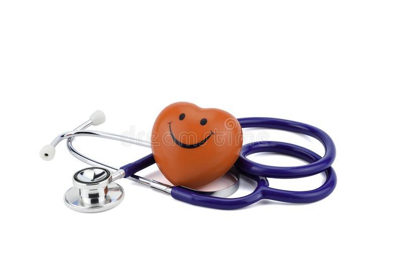 Het gezonde die hartconcept, de hartvorm met het gevoel van het glimlachgezicht en de stethoscoop op wit, het knippen weg wordt g stock fotografie