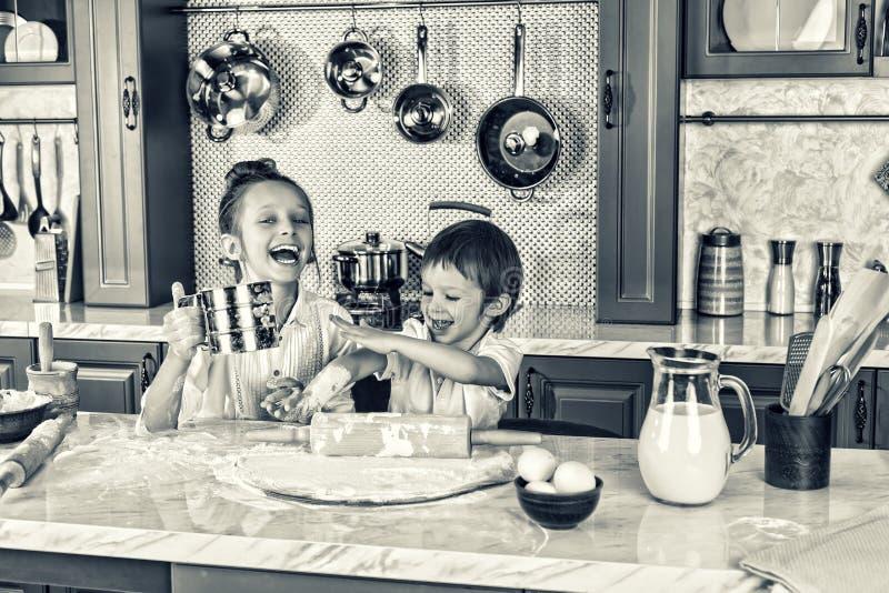 Het gezonde Eten De gelukkige kinderen, treft voorbereidingen, bakken, koekjes, Gezondheid en vriendschapsconcept de toevallige r royalty-vrije stock afbeeldingen