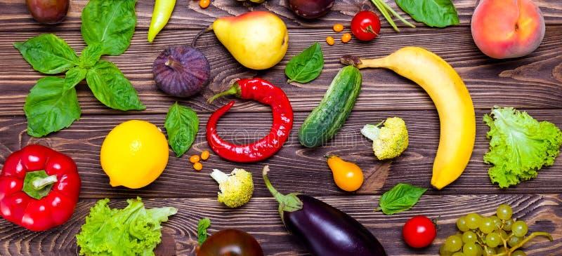 Het gezonde eten, dieet, detox achtergrond Assortiment van heldere organische verse vruchten en groenten op de donkere houten lij stock fotografie