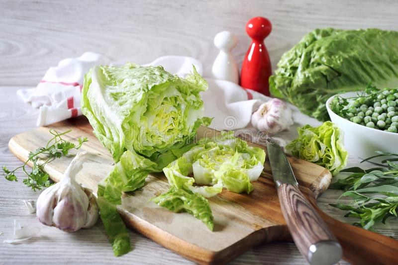 Het gezonde eten: sla, knoflook, groene erwten en dragon royalty-vrije stock foto's