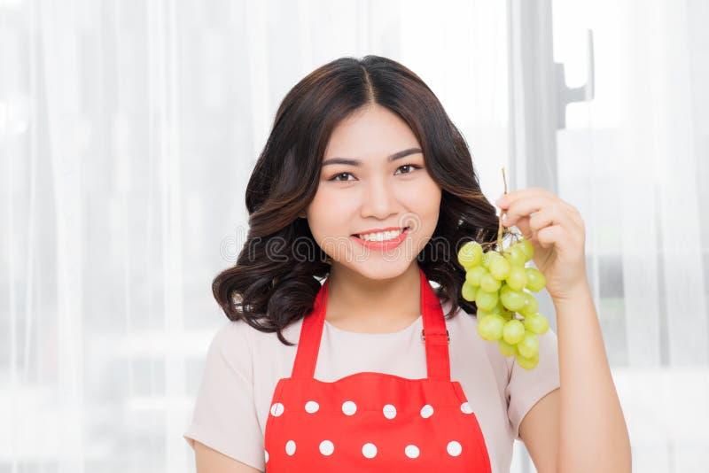 Het gezonde eten, voedsel, vruchten, dieet en mensenconcept - gelukkige wo stock afbeeldingen