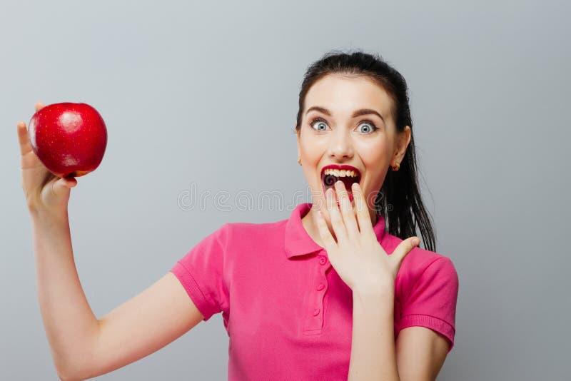 Het gezonde Gelukkige, natuurlijke organische ruwe verse portret van het voedselconcept van aantrekkelijk meisje van de holdingsa stock foto