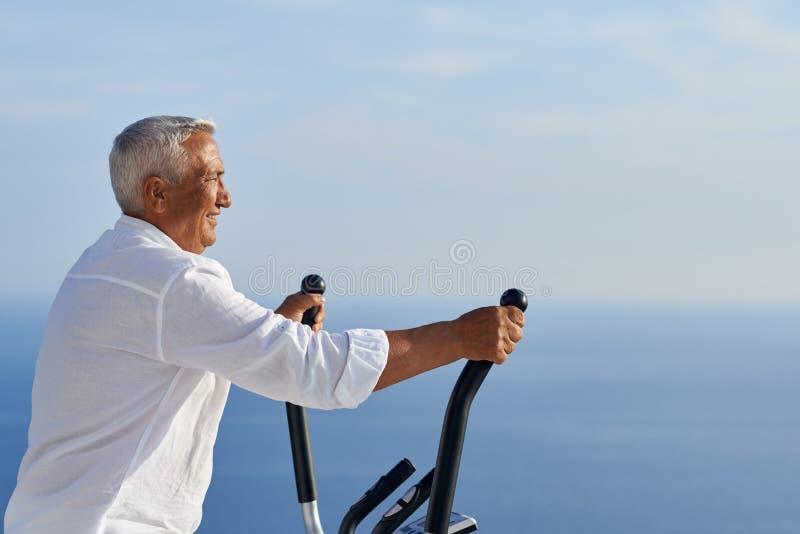 Het gezonde hogere mens uitwerken royalty-vrije stock foto