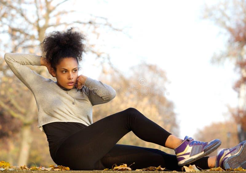 Het gezonde jonge vrouw doen zit UPS stock foto's