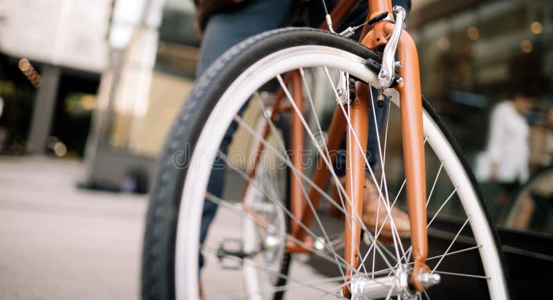 Het gezonde leven, mobiliteit, fietsconcept Beste niet verontreinigende ecologische transportmiddelen stock fotografie