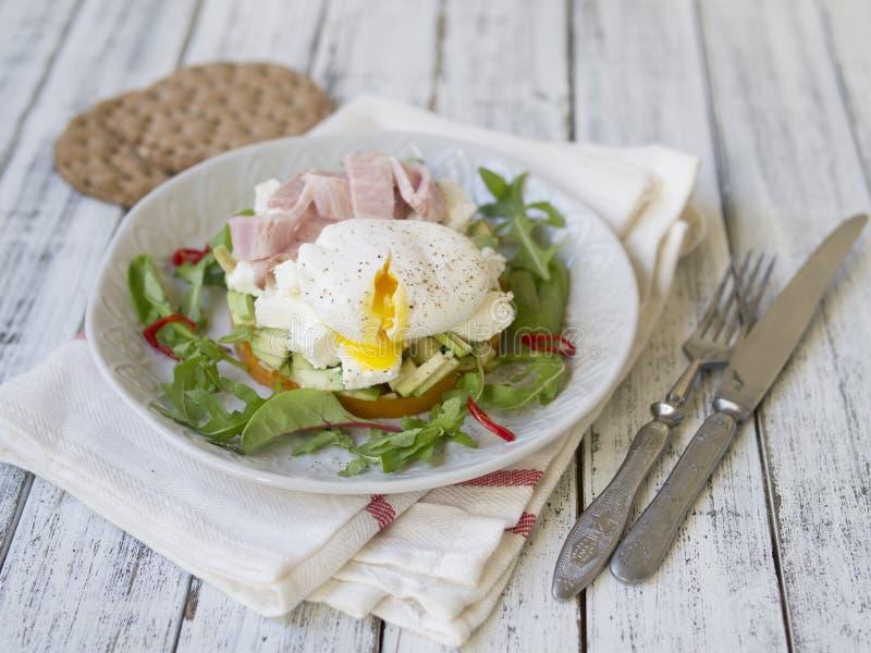 Het gezonde ontbijt, bataten, kaas, avocado, ham, stroopte ei en greens met geheel korrelbrood Het voedsel van het dieet Ontbijt royalty-vrije stock foto's