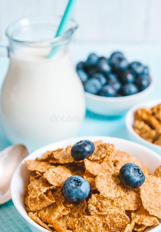 Het gezonde ontbijt, de cornflakesbosbes en de melk, noten, amandel met close-up van de tekst het ruimte hoogste mening instagram royalty-vrije stock fotografie