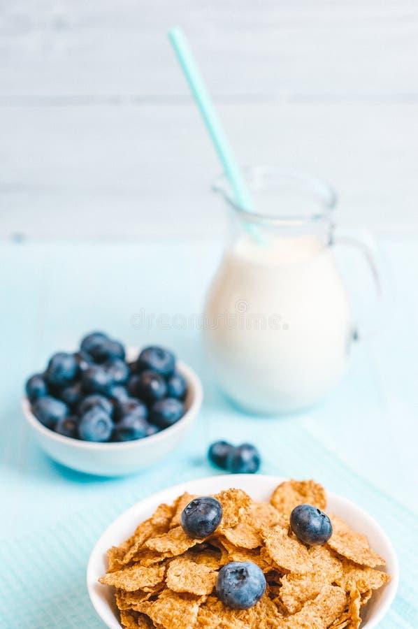 Het gezonde ontbijt, de cornflakesbosbes en de melk, noten, amandel met close-up van de tekst het ruimte hoogste mening instagram stock fotografie