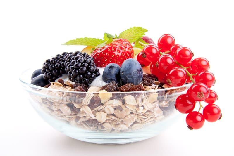 Het gezonde ontbijt van Deliscious met geïsoleerdeg vlokken en vruchten stock afbeeldingen