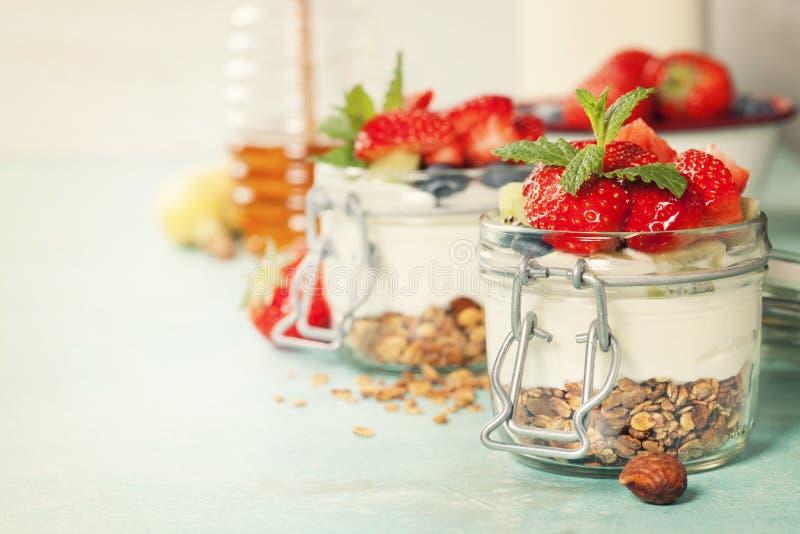 Het gezonde parfait van de ontbijt Eigengemaakte yoghurt met granola, bessen stock afbeeldingen