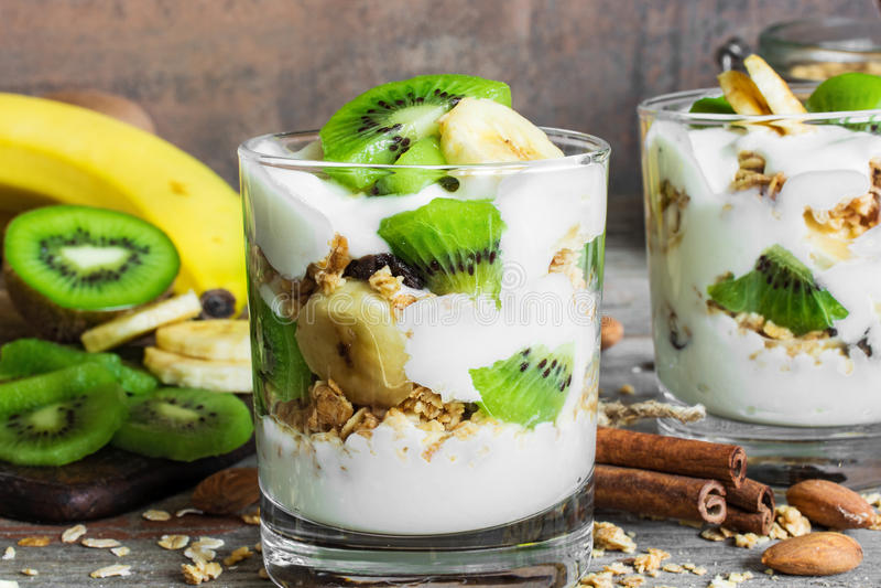 Het gezonde parfait van de ontbijt eigengemaakte yoghurt met granola en vruchten stock foto