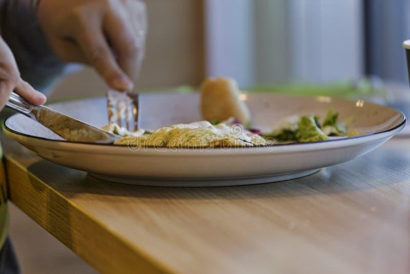 Het gezonde smakelijke ontbijt, ontbijt, ried eieren, moderne toosts, Europees, koffie de exemplaarruimte, sluit omhoog, in openl stock afbeeldingen