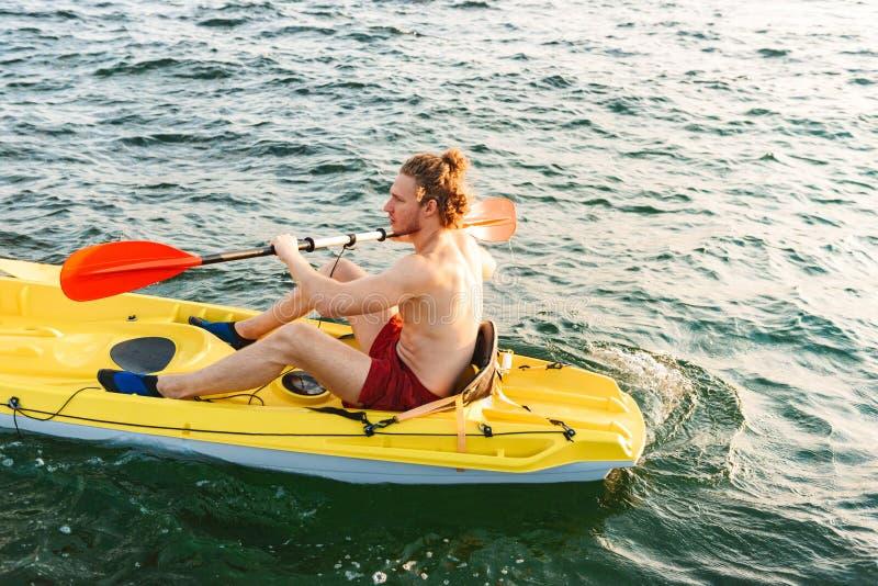 Het gezonde sterke mens kayaking royalty-vrije stock fotografie