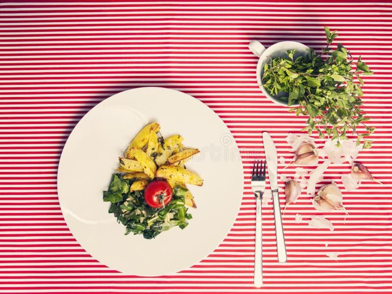 Het gezonde voedsel - vegetarische maaltijd met spinazie, aardappels en hij royalty-vrije stock foto's