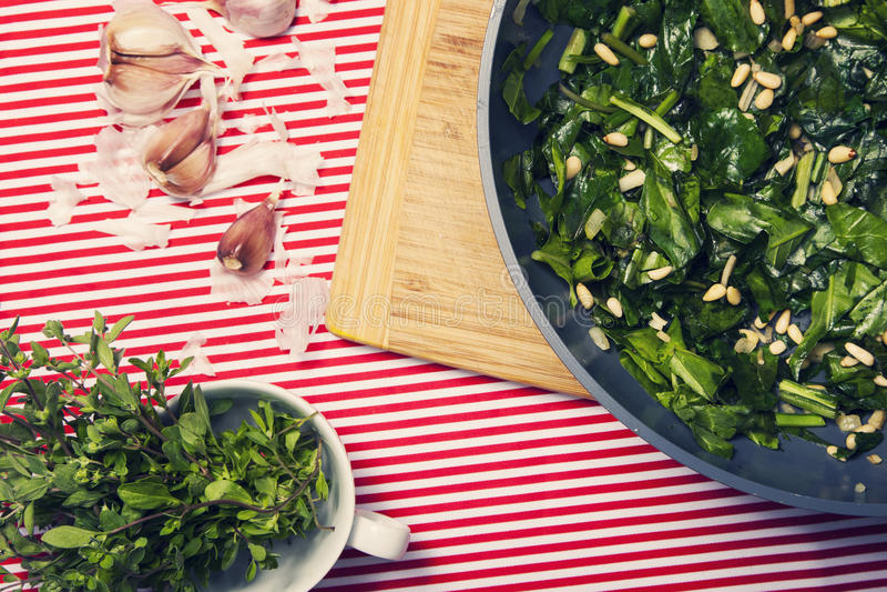 Het gezonde voedsel - vegetarische maaltijd met spinazie, aardappels en hij stock foto