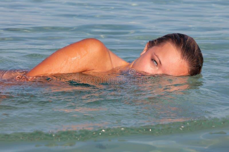 Het gezonde vrouw zwemmen stock afbeelding