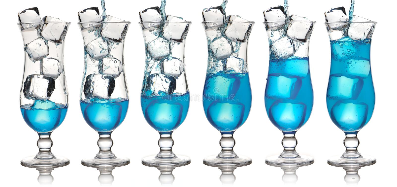 Het gieten van cocktail stock fotografie