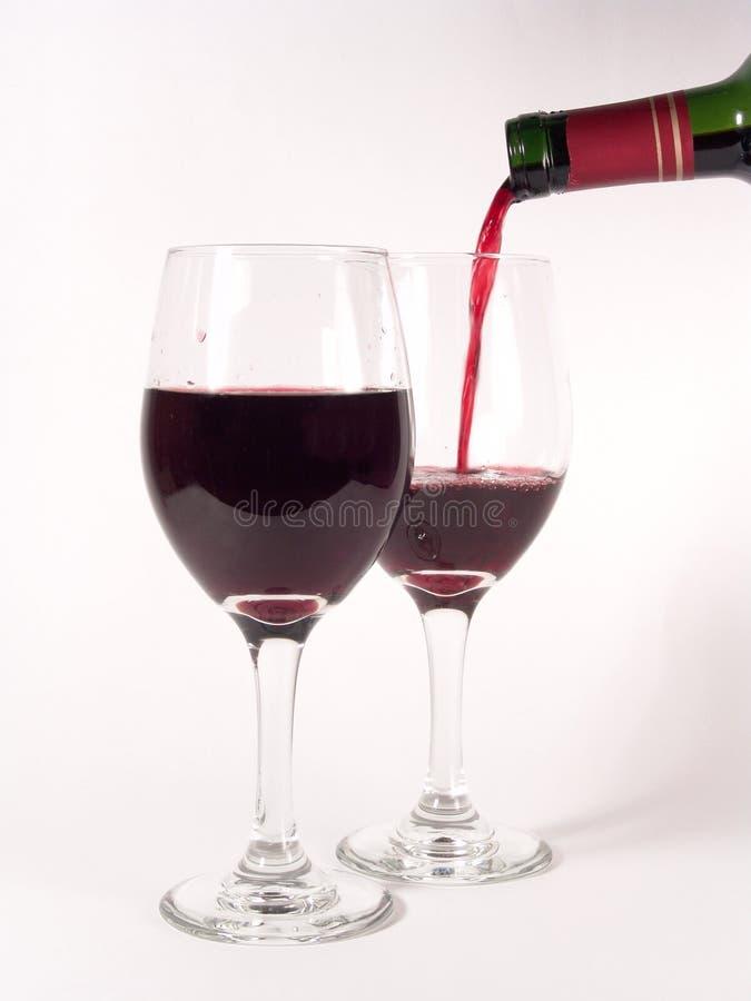 Het Gieten van de Glazen van de wijn stock foto
