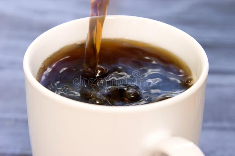 Het Gieten van de koffie stock foto