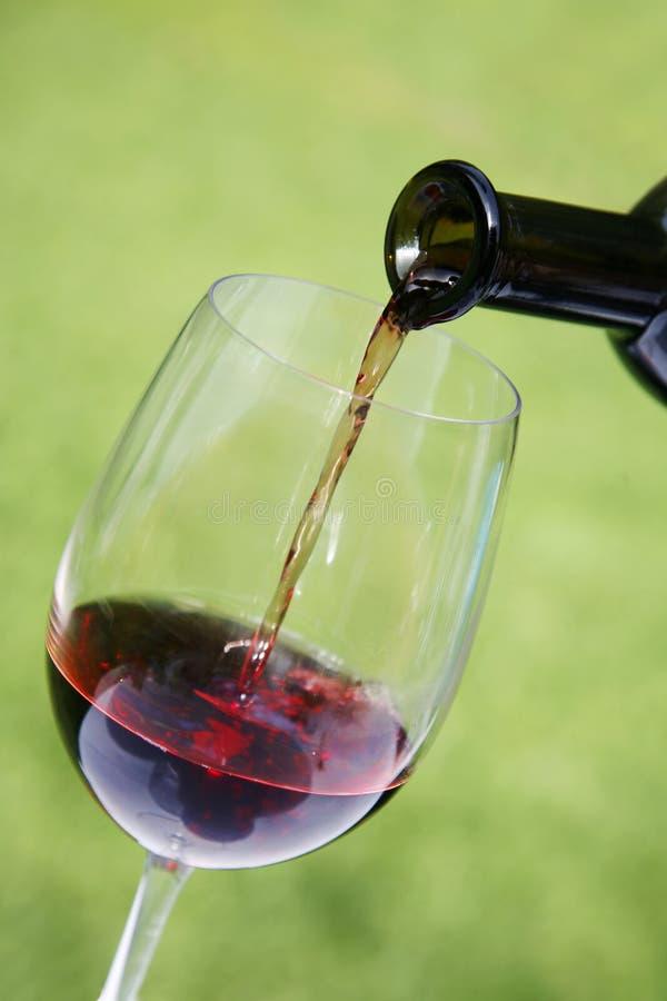 Het Gieten van de wijn stock fotografie