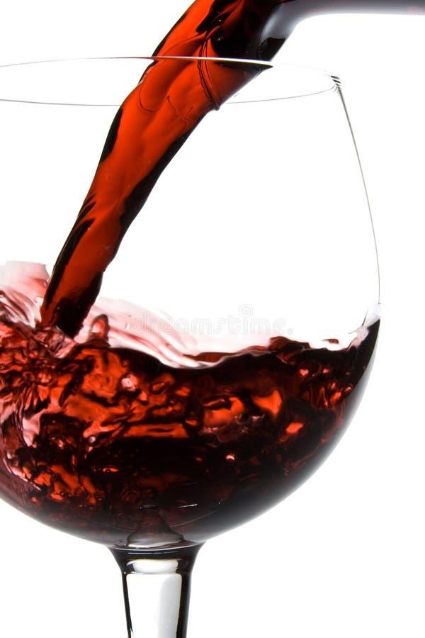 Het gieten van de wijn in glas royalty-vrije stock afbeelding