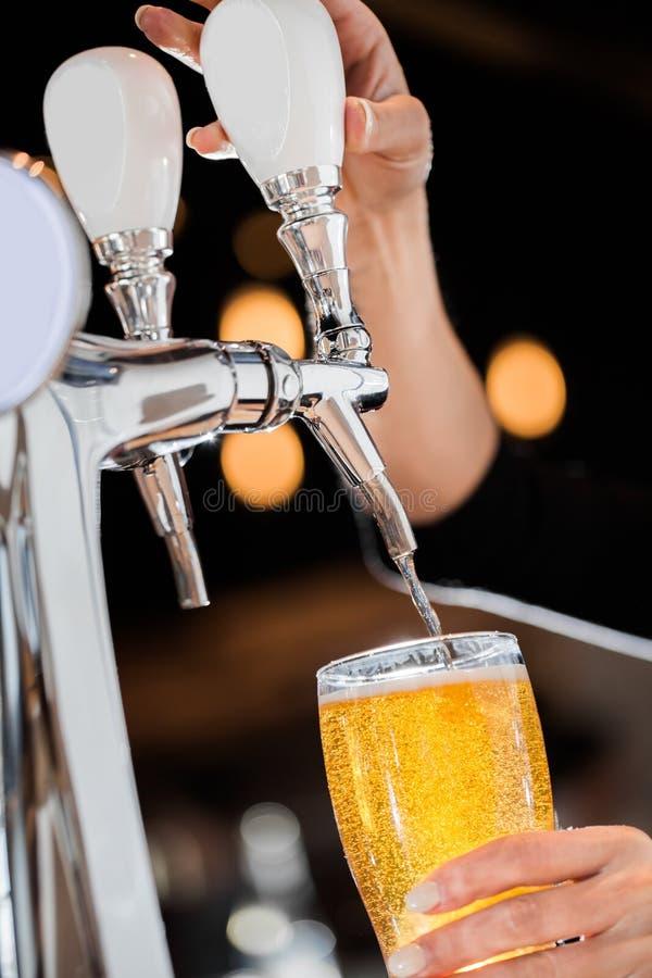 Het gieten van een Bier van het Ontwerpblonde van de Kraan royalty-vrije stock foto's