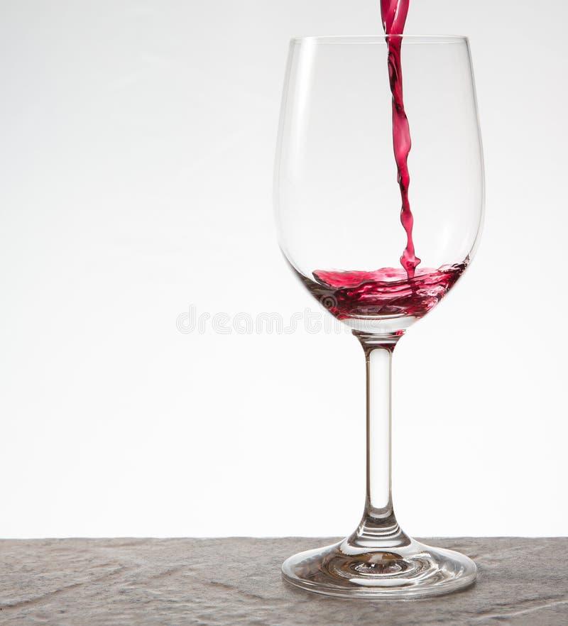 Het gieten van een glas wijn royalty-vrije stock afbeeldingen