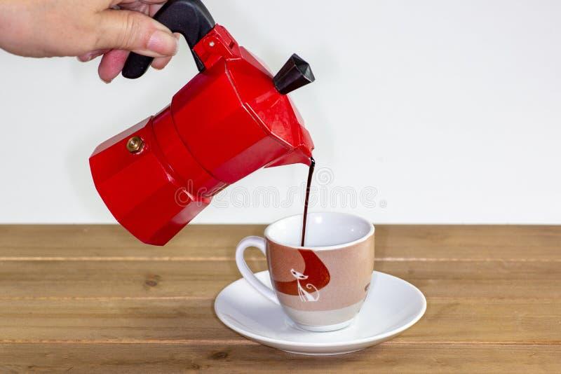 Het gieten van een hete espressokoffie in een glas royalty-vrije stock foto