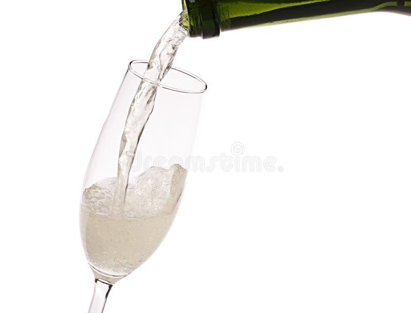 Gietende champagne in het glas royalty-vrije stock fotografie