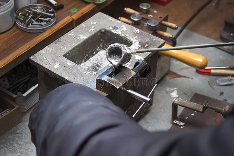 Het gieten van gesmolten loodlegering in een vorm workshop royalty-vrije stock foto