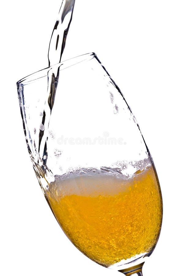 Het gieten van het bier in glas stock foto