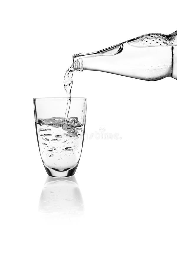 Het gieten van het water in een glas royalty-vrije stock fotografie