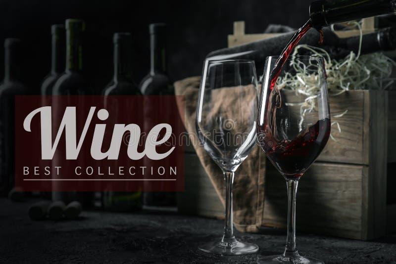 Het gieten van rode wijn van fles in glazen op lijst stock afbeelding