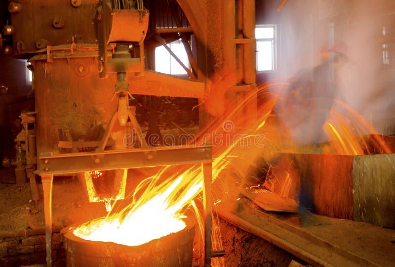 Het gieten van vloeibaar metaal stock afbeelding