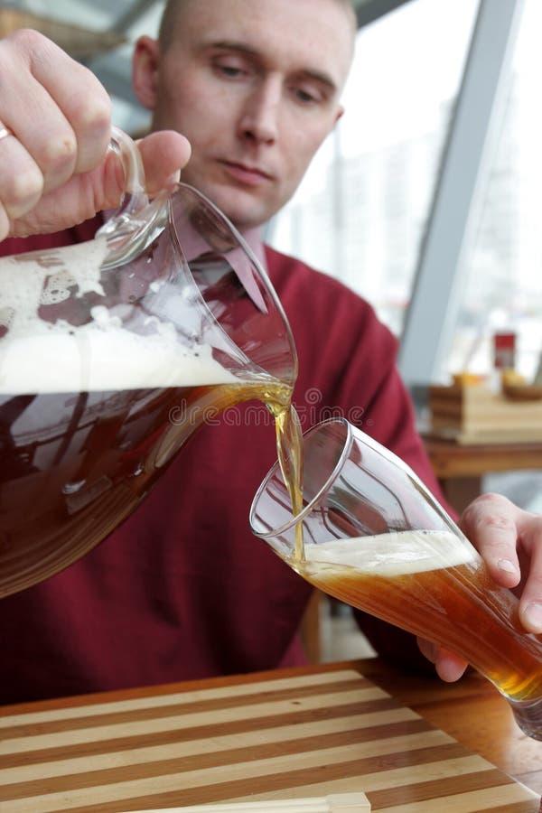 Het gietende bier van de mens royalty-vrije stock afbeeldingen