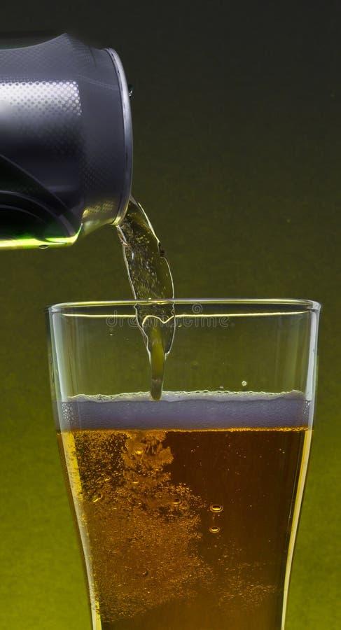 Het gietende bier van a kan stock foto's