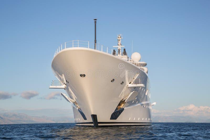 Het gigantische grote en grote jacht van de luxe mega of super motor op o stock foto's