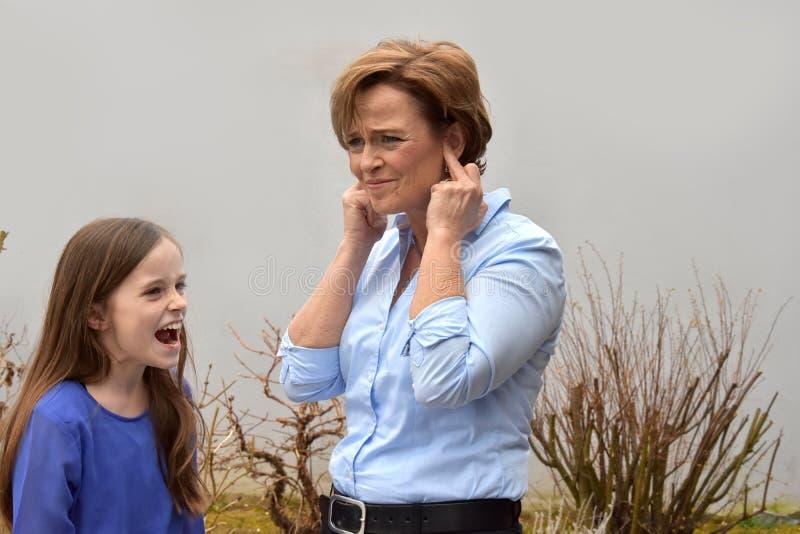 Het gillende meisje en nerved moeder royalty-vrije stock afbeelding