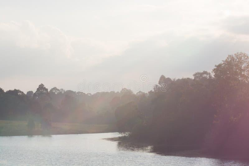 Het glanzen natuurlijke zonsondergang in aard royalty-vrije stock afbeelding