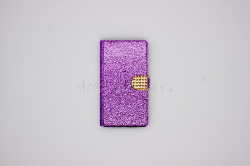 Het glanzen Violet Case For Smartphone met Fonkelingen en Gouden Gesp Het geïsoleerde beeld op witte achtergrond stock afbeelding