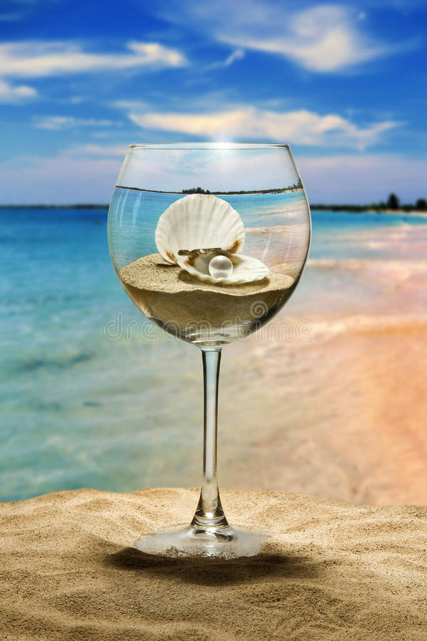 Het glas, de zeeschelp en de parel van de wijn stock afbeeldingen