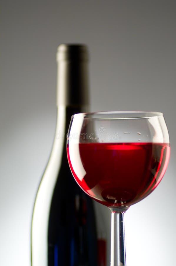 Het glas en de fles van de wijn stock foto's