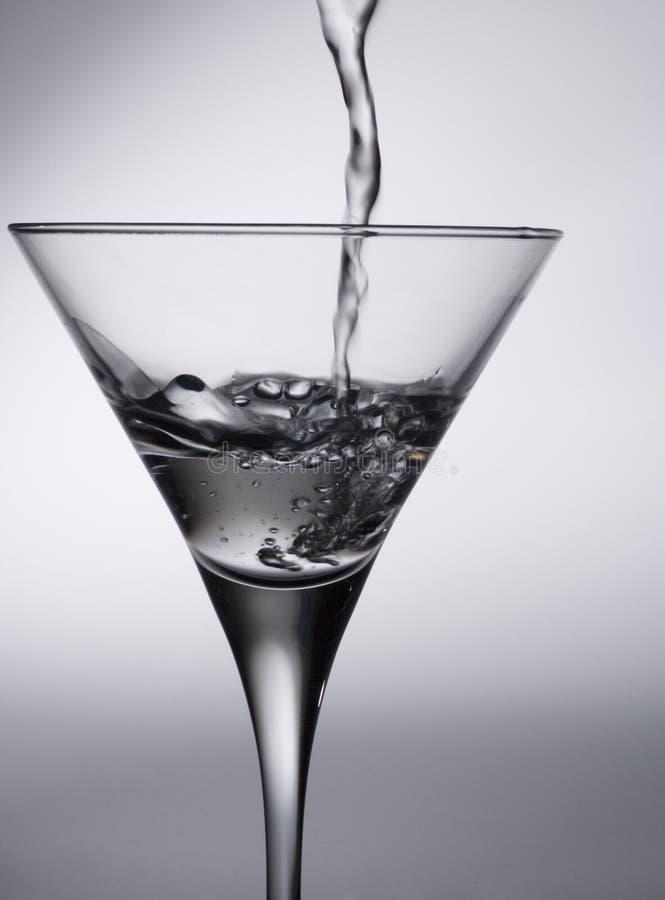 Het glas en de vloeistof van de cocktail stock afbeelding